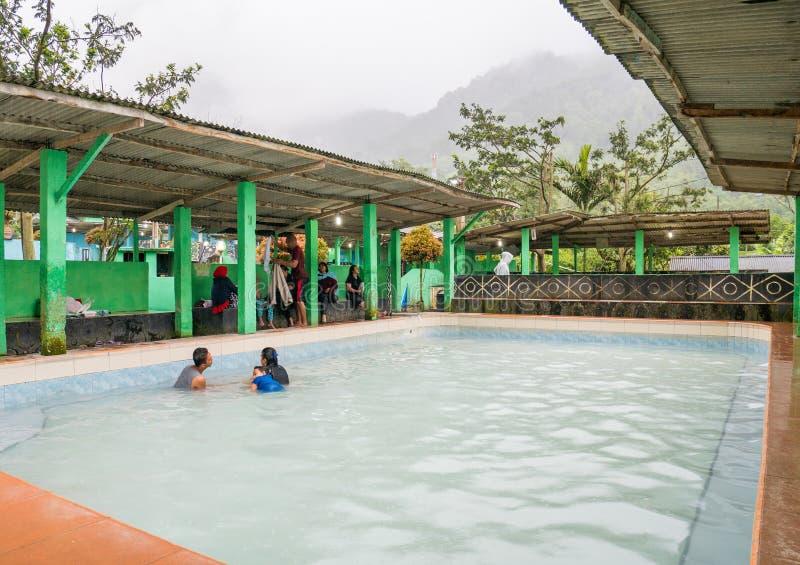 Ludzie skąpania w Gorącej wiosny basenie w Berastagi, Indonezja zdjęcie royalty free