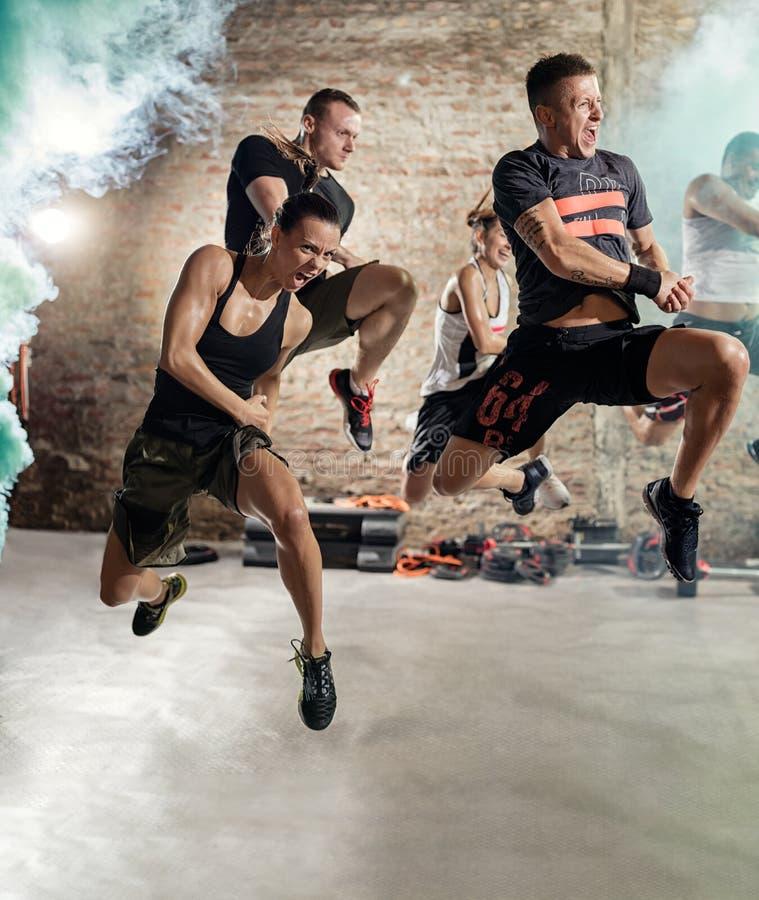 Ludzie skacze cardio sprawności fizycznej ćwiczenie i ćwiczy obrazy royalty free