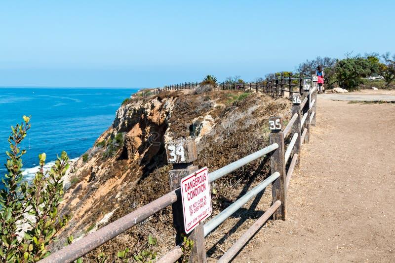 Ludzie spaceru na Seascape śladzie w Rancho Palos Verdes, Kalifornia obraz stock