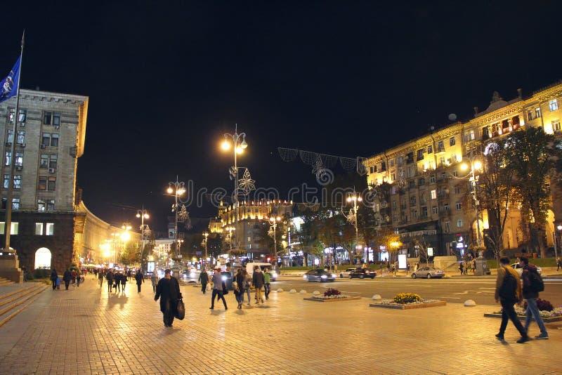 Ludzie spaceru na ulicznym Khreshchatyk Główna ulica Ukraina w wieczór zdjęcia stock