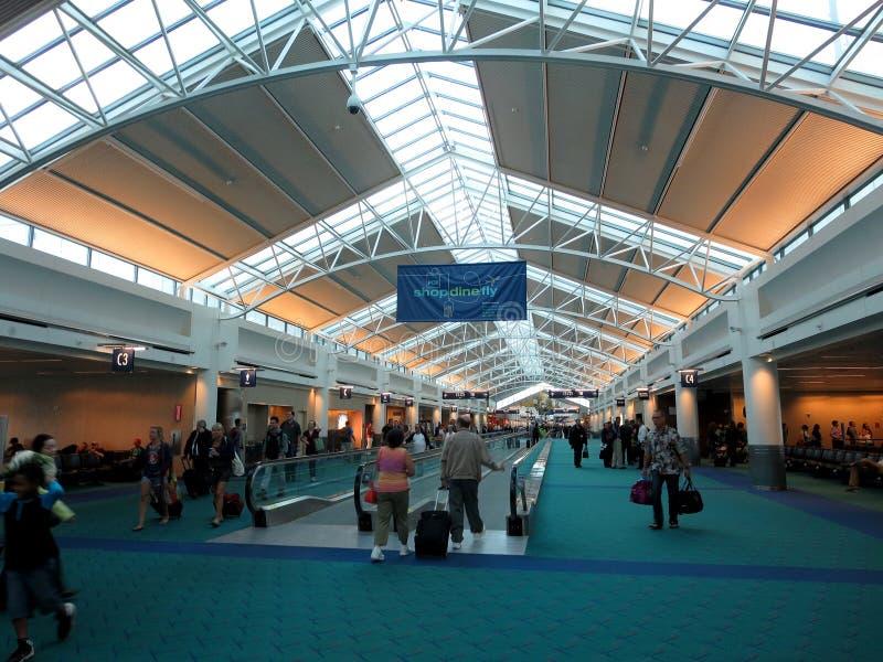 Ludzie spaceru przez cały Portlandzkiego lotniska obrazy royalty free