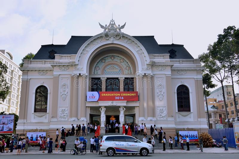 Ludzie spotyka przy Ho Chi Minh miasta operą, Wietnam zdjęcia royalty free