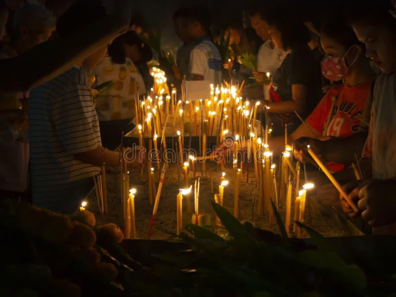 Ludzie stawia płonącego kadzidło i świeczkę w garnki w Makha Bucha dniu zdjęcie royalty free