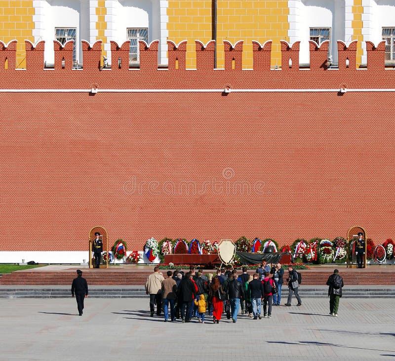 Download Ludzie Stawiają Kwiaty Grobowiec Niewiadomy żołnierz W Moskwa Centrum Miasta Zdjęcie Editorial - Obraz złożonej z żołnierz, rosjanin: 53780766
