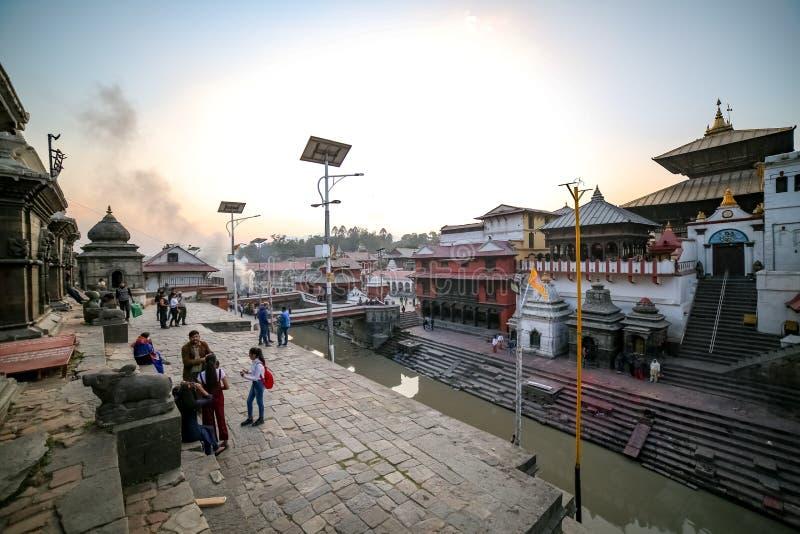Ludzie stoi przy bankiem Pashupatinath świątynia i Bagmati rzeka zdjęcie royalty free