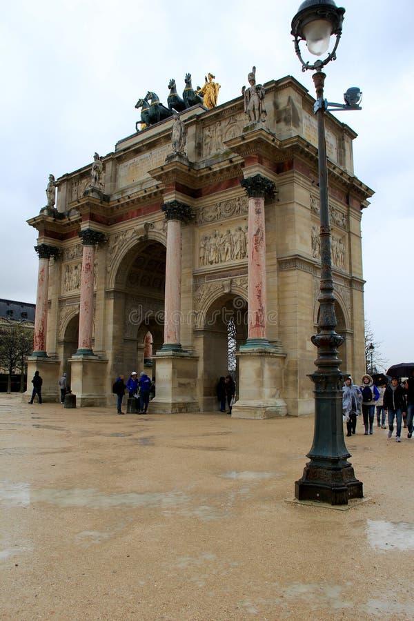 Ludzie stoi w deszczu wokoło łuku De Triomphe Du Carrousel, Paryż, Francja, 2016 zdjęcie royalty free