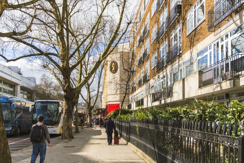 Ludzie stoi w linii przy wejściem Madame Tussauds muzeum Autobusy wypełniali z turystami, parkującymi w przodzie obraz royalty free