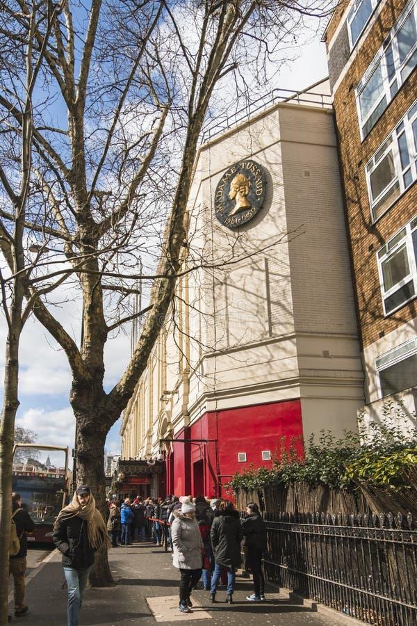 Ludzie stoi w linii przy wejściem Madame Tussauds muzeum w Londyn na słonecznym dniu fotografia stock