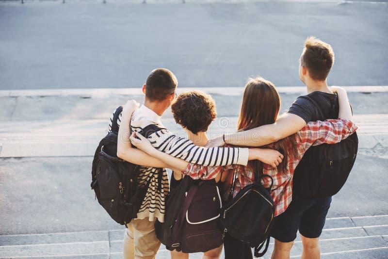 Ludzie stoi zamkniętego przytulenie z plecakami fotografia royalty free