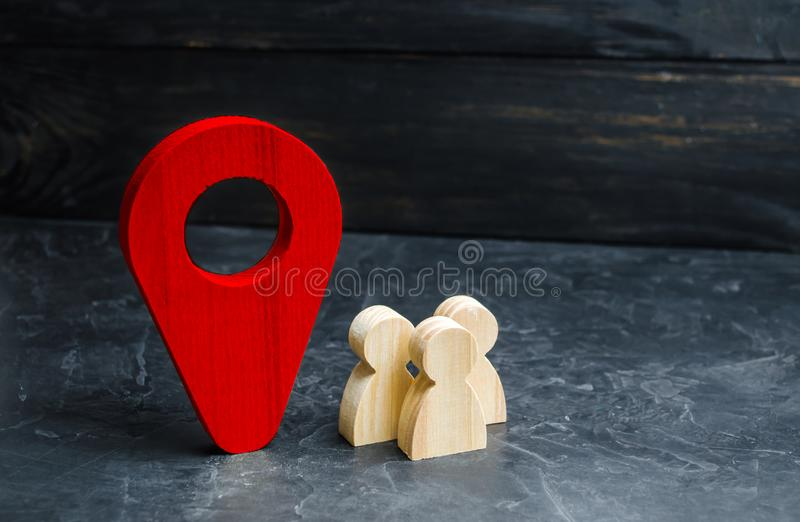 Ludzie stoją blisko lokacja markiera Pojęcie nawigacja i miejsce wydarzenia Turystyka i podróż Szpiegować na mieszkanach orient fotografia royalty free