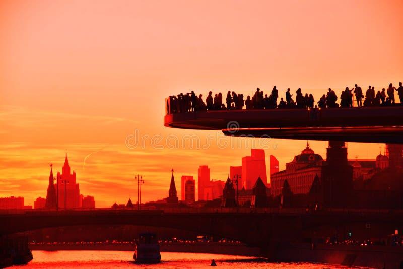 Ludzie stoją na szkło moscie w Zaryadye parku w Moskwa Popularny punkt zwrotny zdjęcia stock