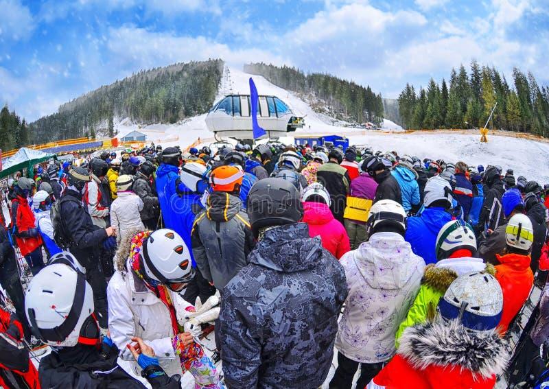 Ludzie stoją przed narciarskim dźwignięciem w kolejce w Bukovel obraz stock