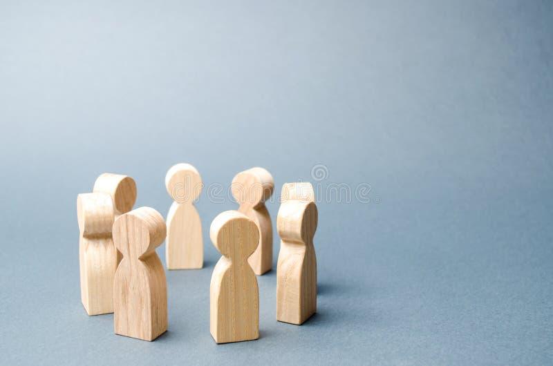 Ludzie stoj? w okr?gu na szarym tle Drewniane postacie ludzie Okr?g ludzie dyskusja, wsp??praca, wsp??praca obrazy stock