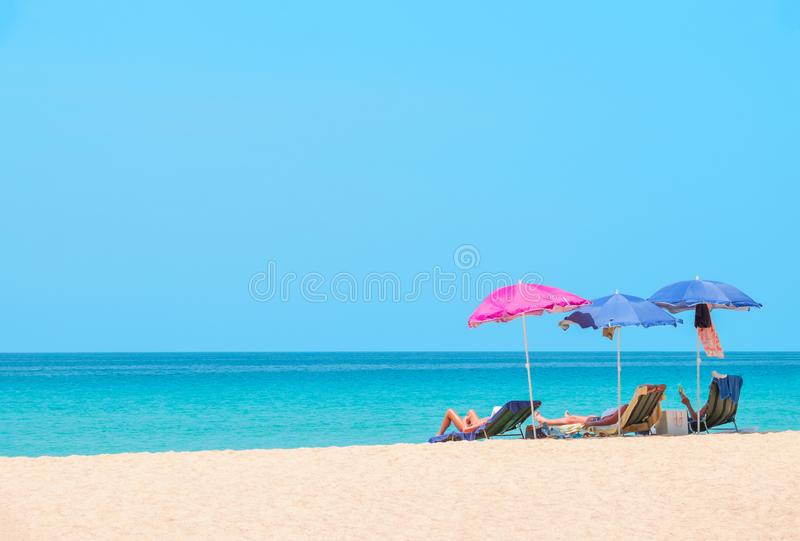 Ludzie sunbathing i relaksuje na plażowych krzesłach obrazy royalty free