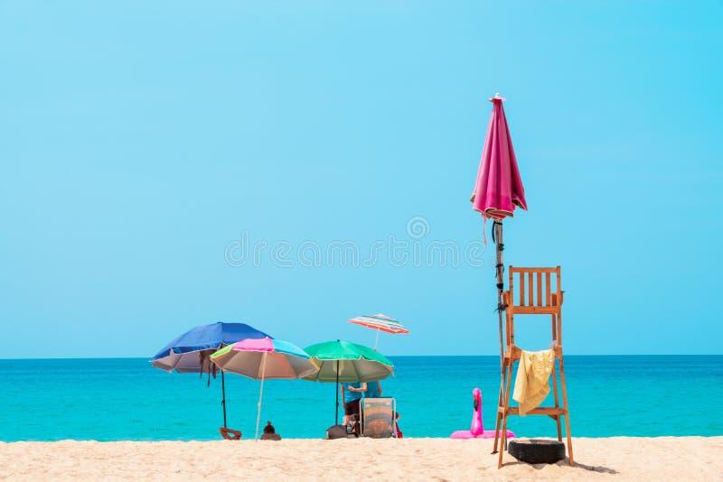 Ludzie sunbathing i relaksuje na pla?owych krzes?ach Denny widok i niebieskie niebo zdjęcie stock