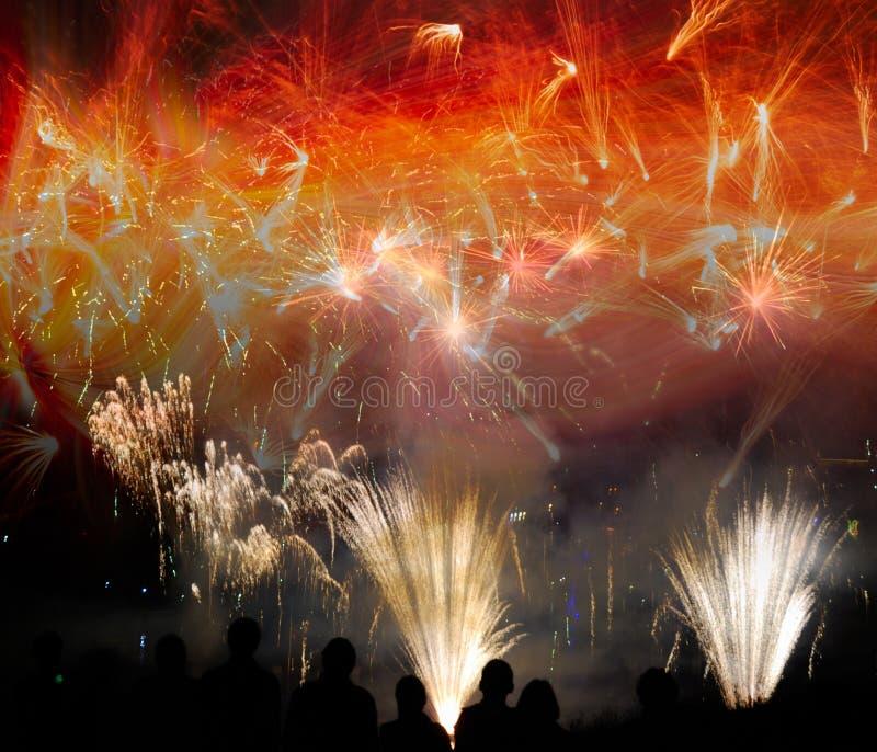 Ludzie sylwetek przy świętowaniem z fajerwerku pokazem zdjęcie stock