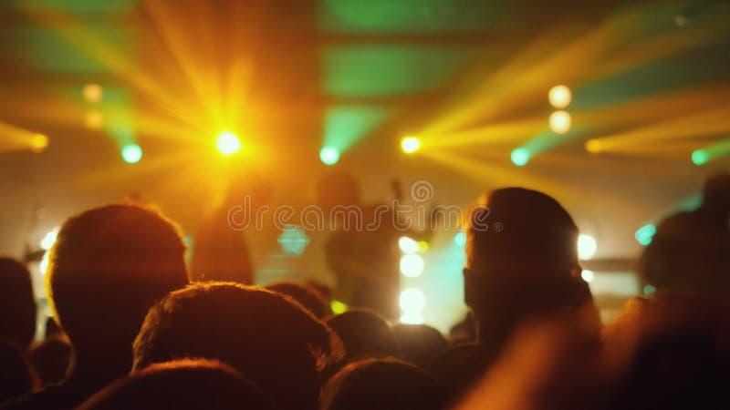 Ludzie tłoczą się bawić się przy rockowym koncertem w noc klubie zdjęcie stock