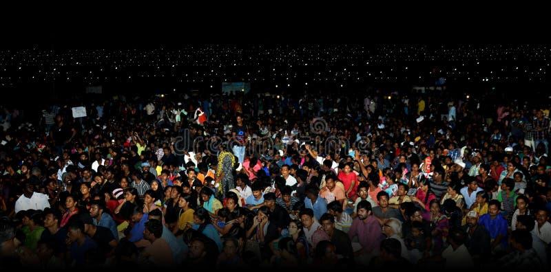 Ludzie Tłoczą się nighttime Marina plażę obraz royalty free