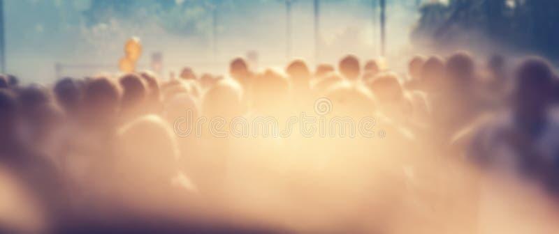 Ludzie tłoczą się w ranku, słońce raca Plamy tła sztandar fotografia royalty free