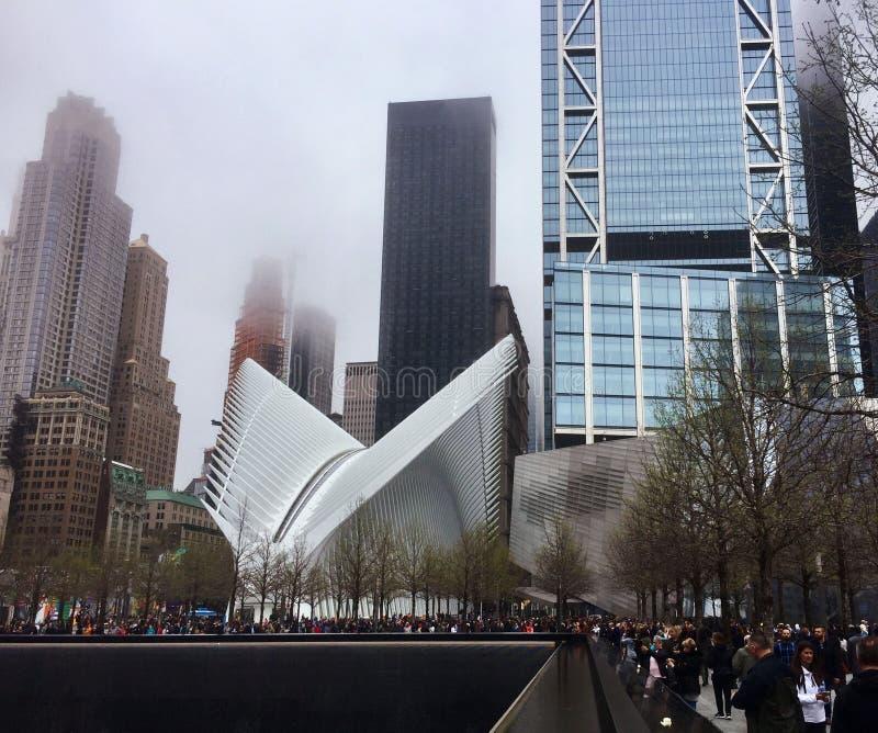 Ludzie t?oczyli si? przy 9/11 pomnikiem, muzealnym ustawiaj?cymi w?r?d odcisk?w stopych oryginalne bli?niacze wie?e i zdjęcia royalty free
