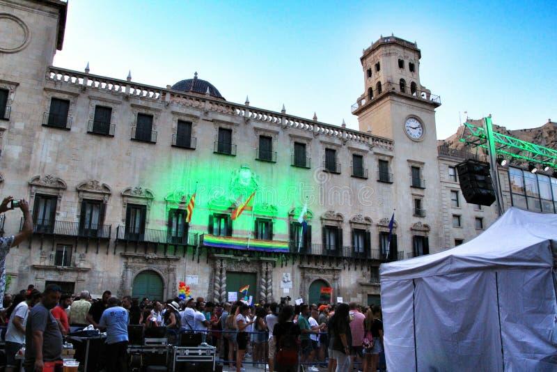 Ludzie tanczy dobrego czas i mieć w Gay Pride paradzie w Alicante zdjęcia royalty free