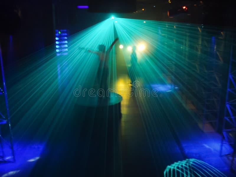 Ludzie tanczy w dyskoteka klubu lightshow fotografia stock