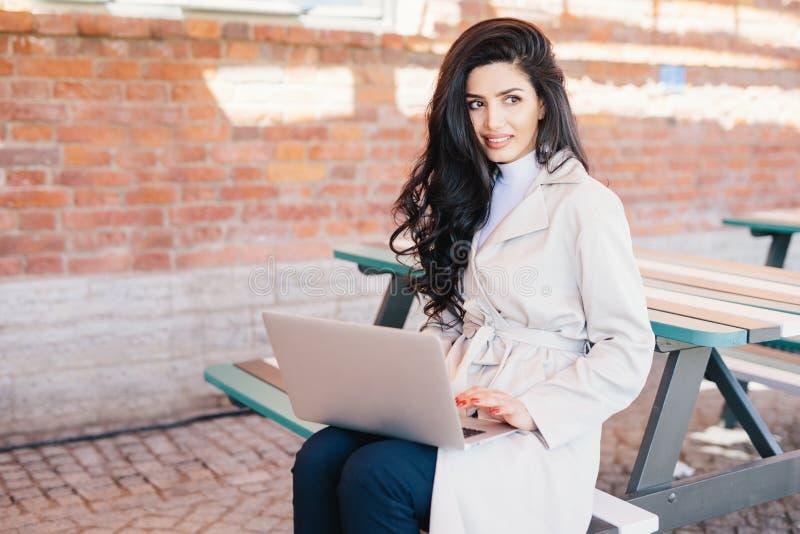 Ludzie, technologia, komunikacyjny pojęcie Piękna kobieta z obrazy royalty free