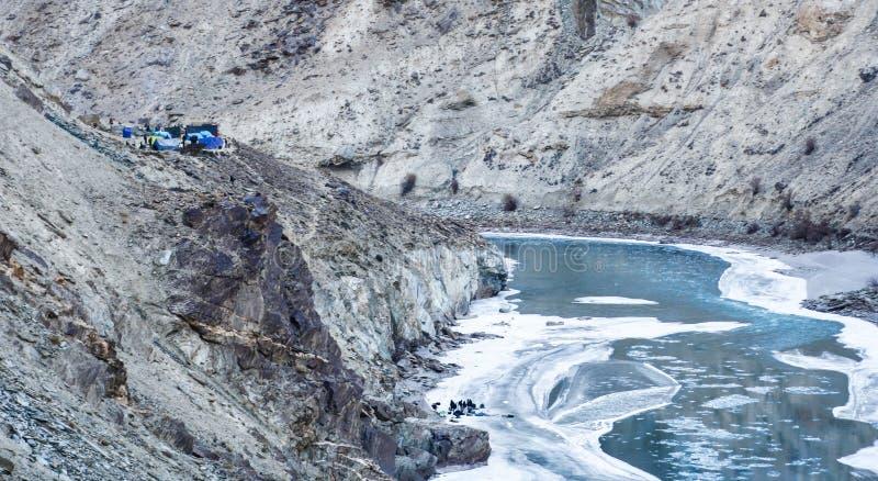 Ludzie trekking na zamarzniętej zanskar rzece Campingowi namioty na górze góry Chadar wędrówka ladakh indu fotografia stock