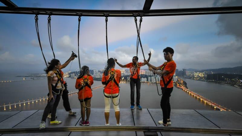 Ludzie trenuje przed bungee niebem i skokiem chodzą obraz royalty free