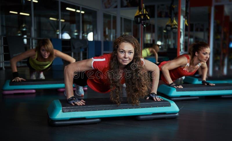 Ludzie trenuje w gym zdjęcie stock