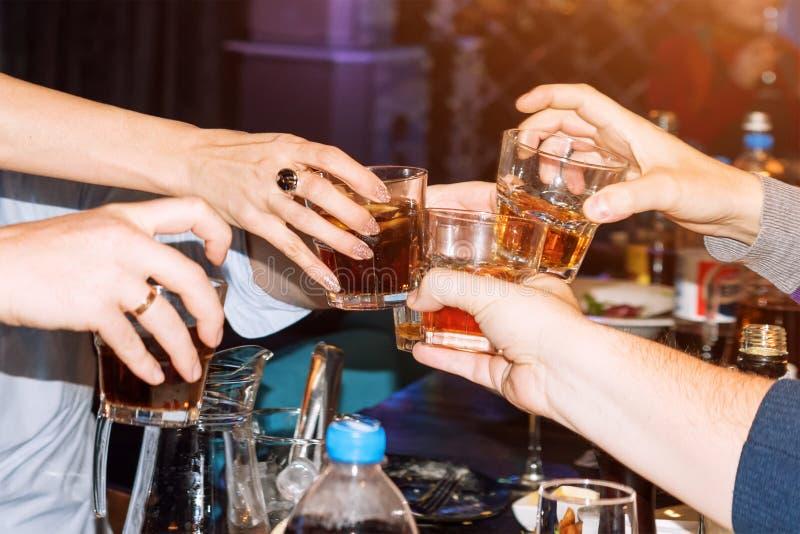 Ludzie trzyma szkła robi grzanki grupy przyjaciele wznosi toast i otuch szkła, pije przy barem Ludzie z przyjęciem zdjęcia royalty free