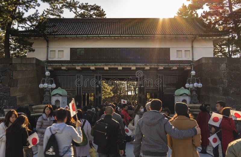 Ludzie trzymający japońskie flagi na drodze do występu z okazji Nowego Roku Ich Królewskich Mości cesarza i Em obrazy royalty free