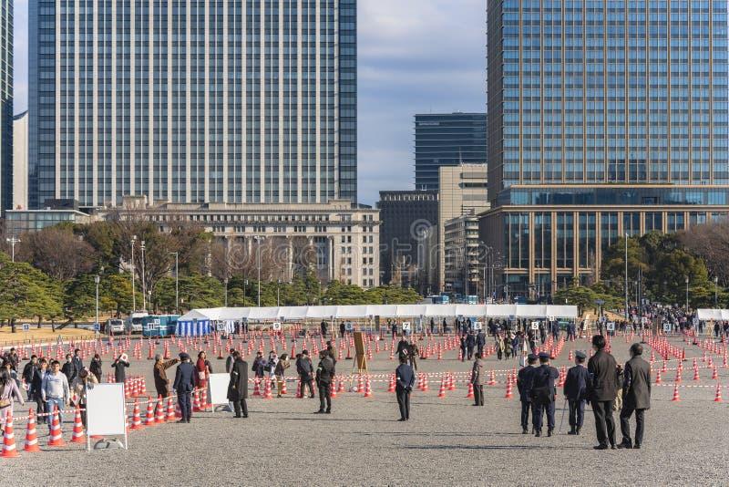 Ludzie trzymający japońskie flagi na drodze do występu z okazji Nowego Roku Ich Królewskich Mości cesarza i obrazy royalty free