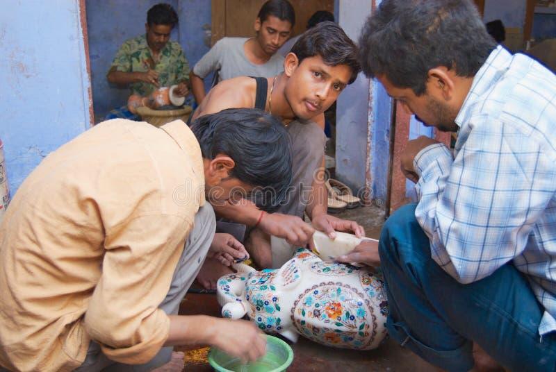 Ludzie tworzy tradycyjnego kwiecistego marmurowego projekt pracują w warsztacie, nadplanowego muzułmańską Bharai społecznością w  fotografia royalty free