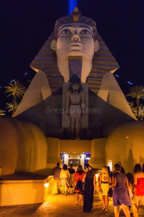 Ludzie używa sfinksa wejście sławny hotel w Las Vegas obraz royalty free