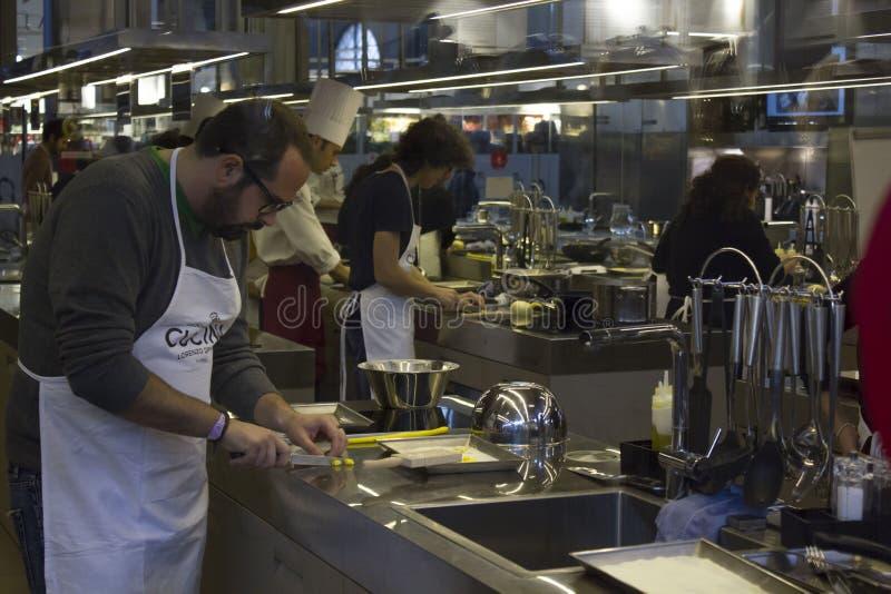 Ludzie uczą się robić makaronowi wśrodku kuchennego schoolo zdjęcia royalty free