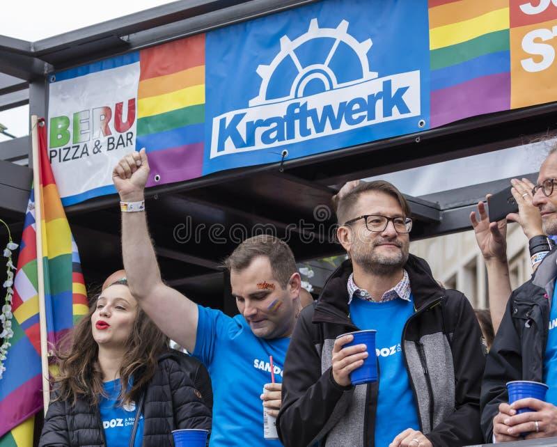 2019: Ludzie uczęszcza Gay Pride na pławiku paradują także znają jako Christopher dnia Uliczny CSD w Monachium, Niemcy obraz stock