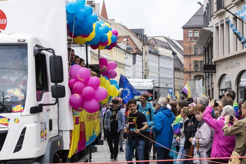 2019: Ludzie uczęszcza Gay Pride paradują także znają jako Christopher dnia Uliczny CSD w Monachium, Niemcy fotografia royalty free