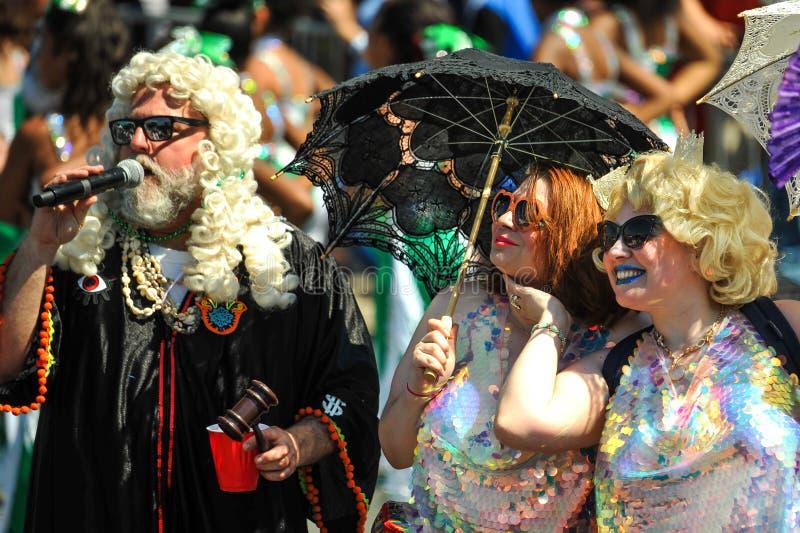 Ludzie uczestniczą w 36th rocznej syrenki paradzie w Coney Island zdjęcie stock