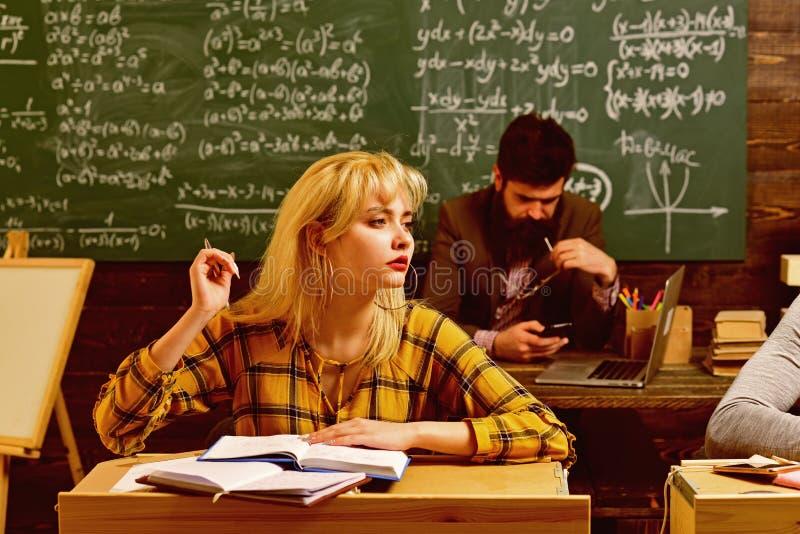 Ludzie uczy si? edukacj? i szko?y poj?cie - ucze? r?ki z ksi??ek lub podr?cznik?w pisa? Ucze? budowy pozytyw fotografia stock