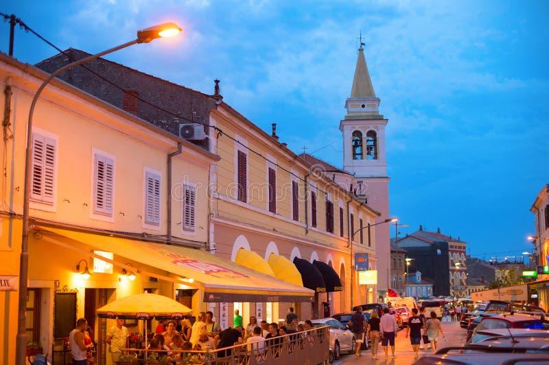 Ludzie ulicznego restauracyjnego Novigrad Chorwacja obrazy royalty free