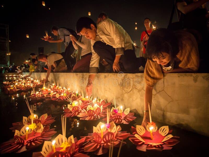 Ludzie unoszą się lampiony w rzece w Loy Kratong festiwalu zdjęcia stock