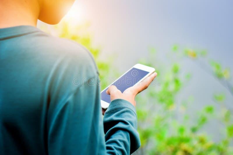 Ludzie use telefonów komórkowych robić zakupom online obrazy stock