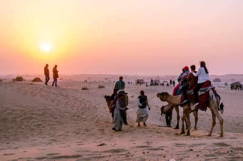 Ludzie wędruje wokoło z wielbłądami na miękkich piaskach Thar obraz royalty free