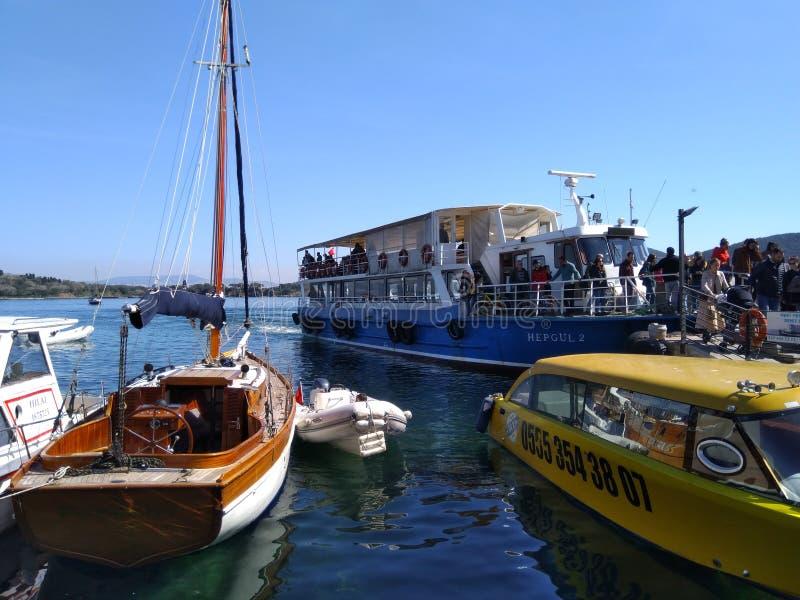 Ludzie właśnie przyjeżdżający z statkiem wyspa obraz royalty free