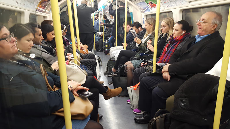 ludzie wśrodku metra w Londyńskim mieście Undergeound, Zjednoczone Królestwo fotografia stock
