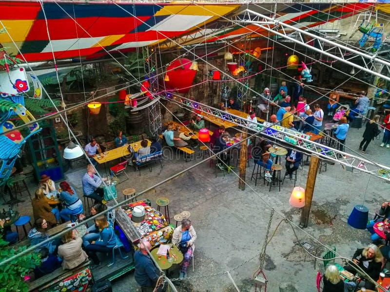 Ludzie w barze w Budapest, Węgry obrazy stock