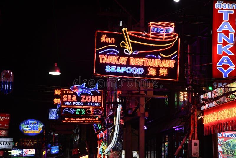 Ludzie w chodzącym ulicznym Pattaya Thailand nocy życiu obrazy royalty free