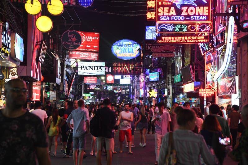 Ludzie w chodz?cym ulicznym Pattaya Thailand nocy ?yciu obraz stock