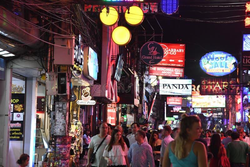 Ludzie w chodz?cym ulicznym Pattaya Thailand nocy ?yciu zdjęcia royalty free